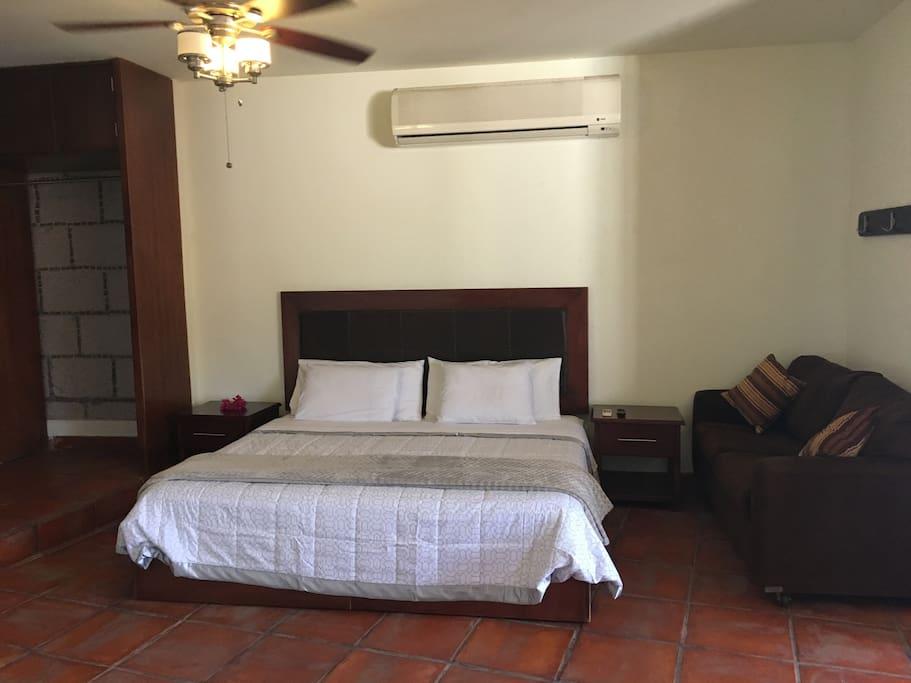 Confortable cama king size, y sofá cama matrimonial.