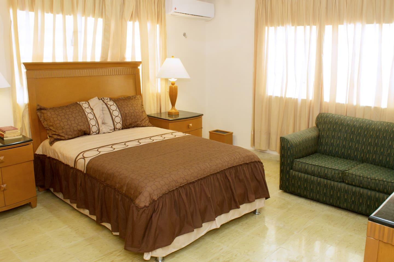 Esta es la cama de tu cuarto. Es una cama matrimonial vestida para recibir comodamente a 2 personas. El sofa se vuelve en una cama individual.