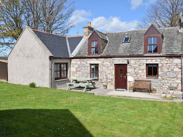 AVONDALE COTTAGE, pet friendly in Tomintoul, Ref 26288