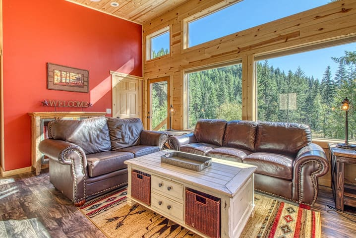Dog-friendly, newly built woodland home w/ deck & private hot tub.