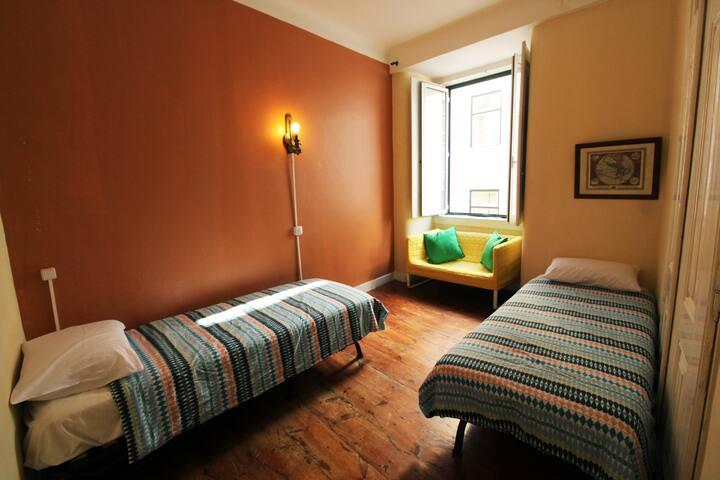 NEW Room 5 in big flat in Camões/Baixa-Chiado