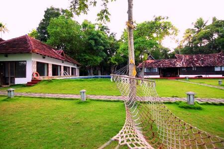 Shanthitheeram Lakeside Heritage Resort - Alappuzha - Bungalow