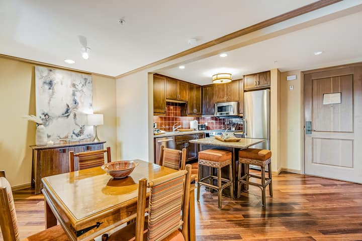 Stylish Mountain Condo W/ Shared Pool, Hot Tub, Golf, & Private Balcony Views!