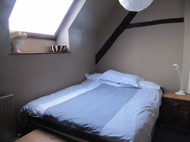 Double bedroom with sink and also a single bed.