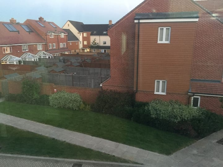 1 Spacious bedroom in a modern property in Hayes