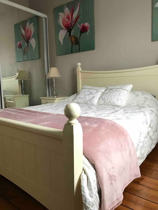 Queen size bed, floor to ceiling mirror doors on wardrobes, perfect for getting ready for those special occasions
