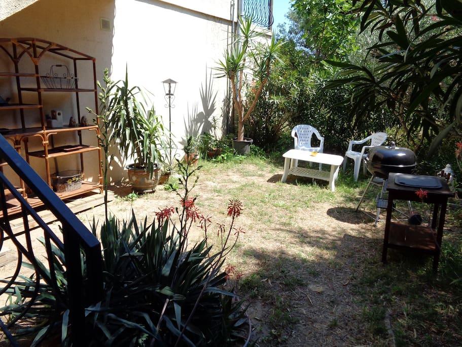 Le jardin privatif.  Située dans un quartier résidentiel de villas au pied du mont des roses à  3 km de la plage,  la propriété n'est pas dans la campagne mais est arborée et bénéficie d'une végétation abondante.