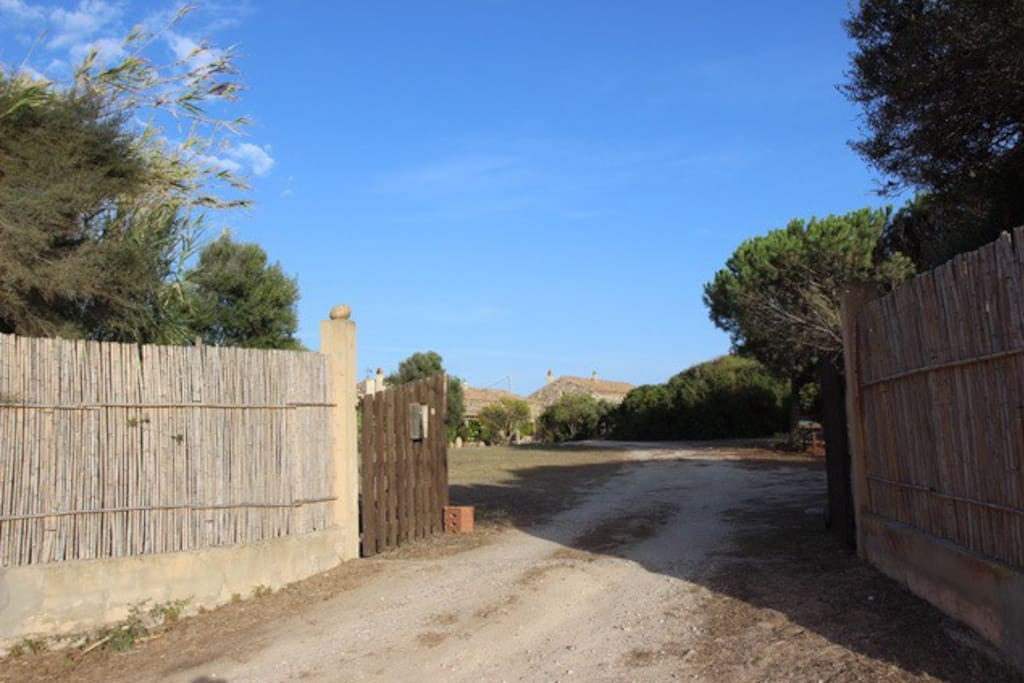 Il cancello d'ingresso a Donolario. / The entrance gate to Donolario complex.