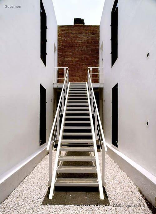 The flat is in the first floor;  El depa está en la primera planta;