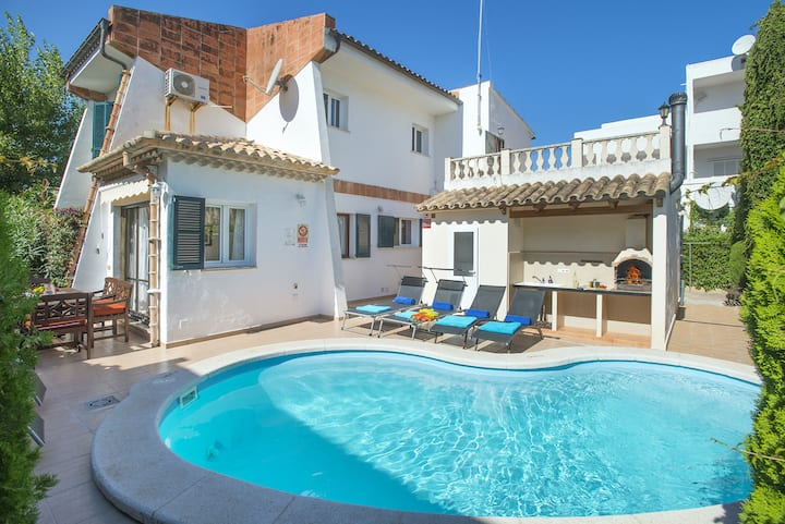 Family Holidays in Charming Villa Luceta , Walking Distance to the Beach