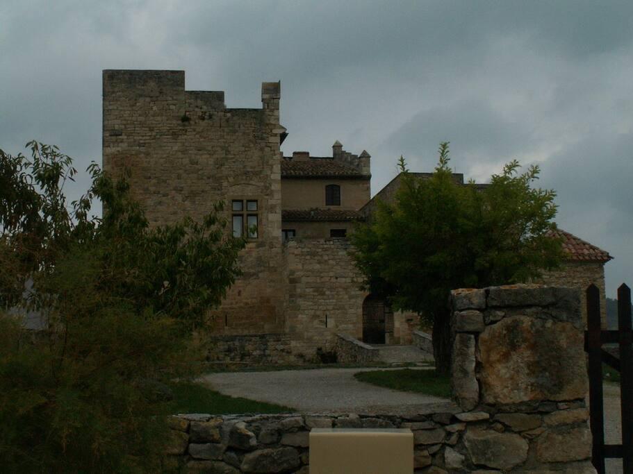 Le village, le château médiéval