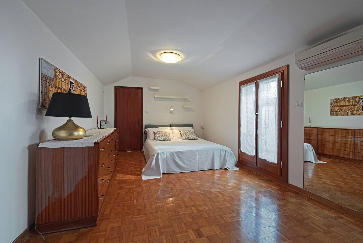 camera da letto principale con piccola terrazza abitabile