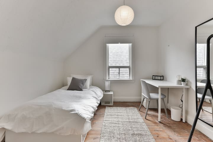 ✨ Bright, Comfy & Cute Shared House Queen West ✨