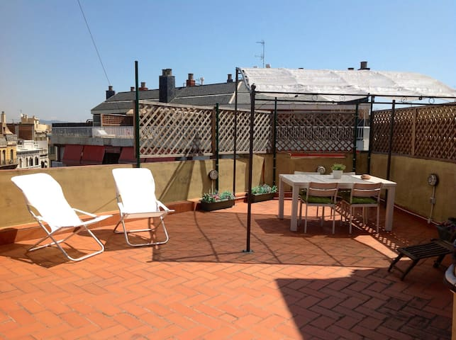 CENTRIC APARTMENT WITH HUGE TERRACE - Barcelona - Apartamento