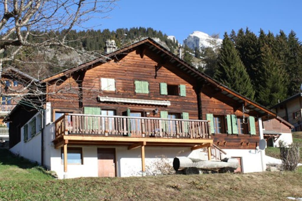 The chalet stands on 1000m2 ground, has 2 parkings in summer and 1 in winter.
