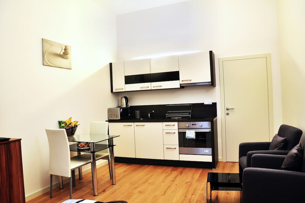 Fully equipped kitchen corner with dining area