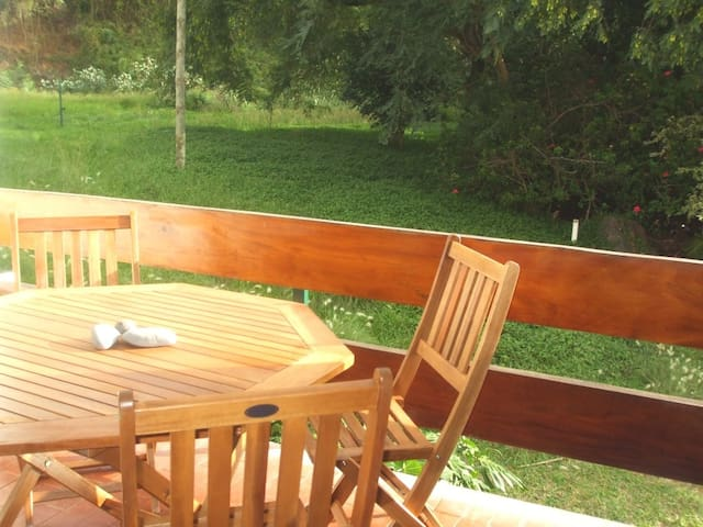 varanda com mesa e cadeiras de madeira