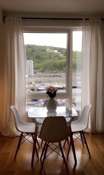 Spisebord i leiligheten, utsikt mot Ekeberg resturanten