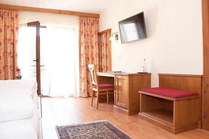"""Hotel - Gasthof - Metzgerei """"Bayerischer Löwe"""" (Osterhofen), Doppelzimmer Standard (18qm) mit WLAN"""
