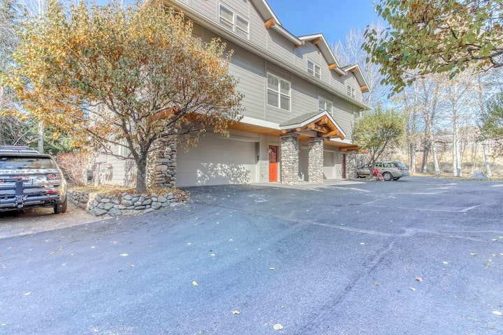 Peaceful, dog-friendly townhome w/private hot tub & gas grill - walk to Ketchum!