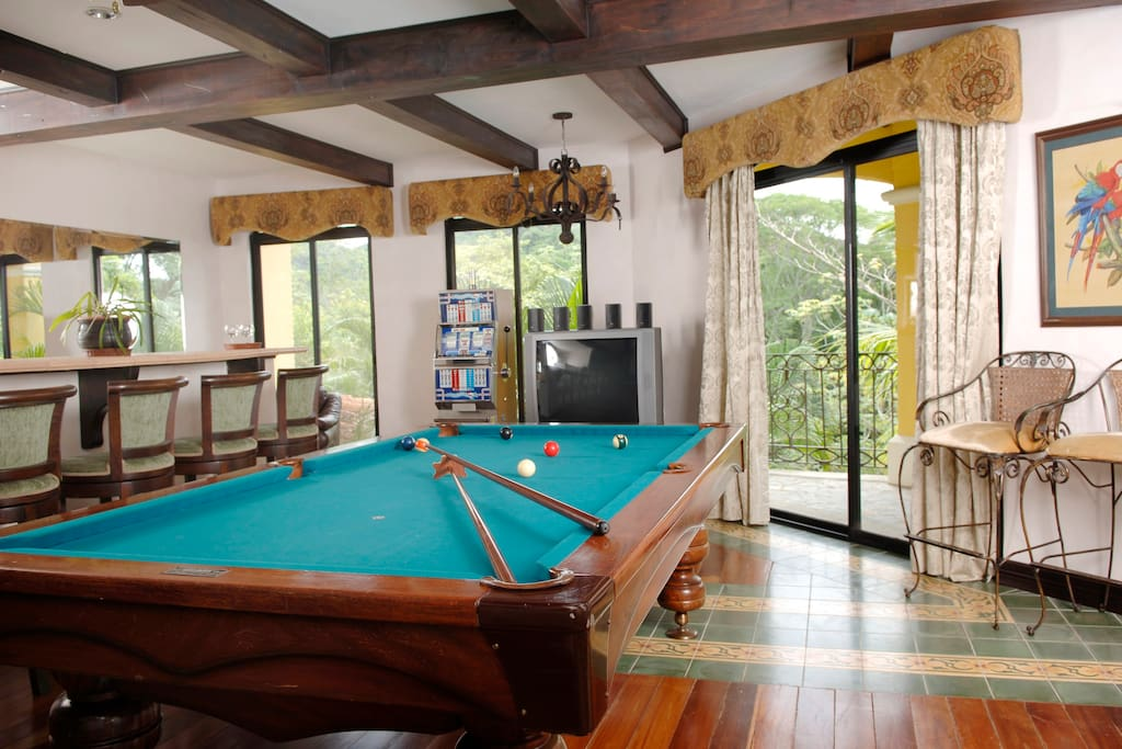 Game room, with pool table, bar, tv and Slot Machine
