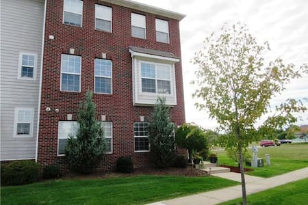 Cozy Room Near Tanger Outlet Mall, and Recreation. - Howell - Townhouse