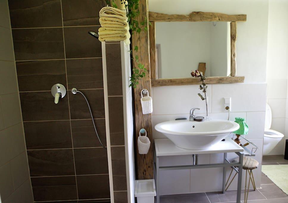 Eines der zwei Badezimmer