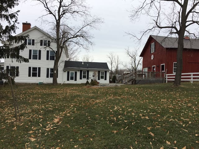 Pretty front yard with barn in Jan