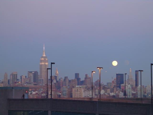 15 min to NYC, Amazing skyline views!