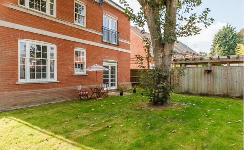 BEAUTIFUL CANAL SIDE APARTMENT NEAR THE GROVE - Kings Langley