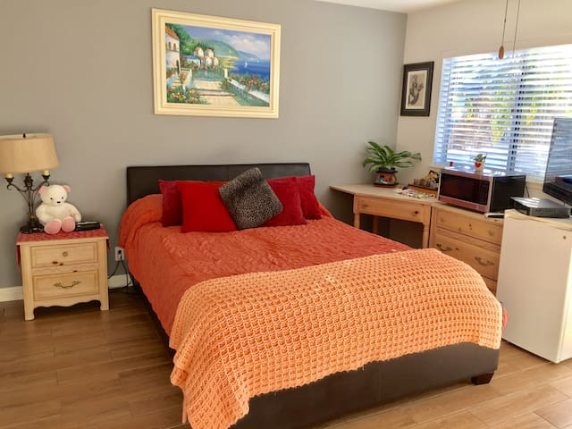 Large suite with balcony overlooking green area. - Huntington Beach - House