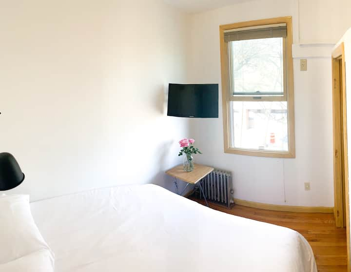Cozy one bedroom - Two blocks from the Subway