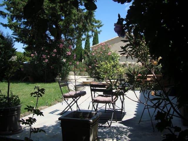 Avignon countryside, apt for 4 with private garden