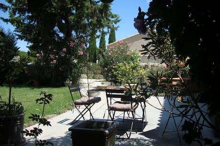 Avignon countryside, apt w. garden - House