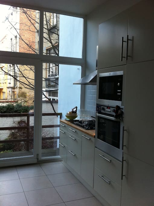 Well equipped kitchen with view of the garden.