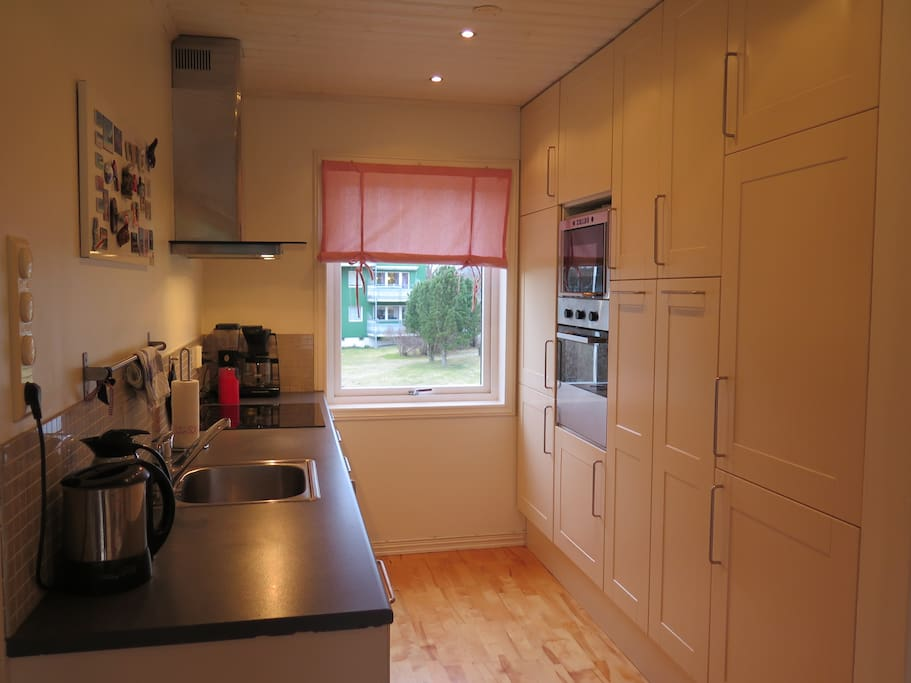 Kitchen with dishwasher, freezer, fridge, oven and microwave oven.