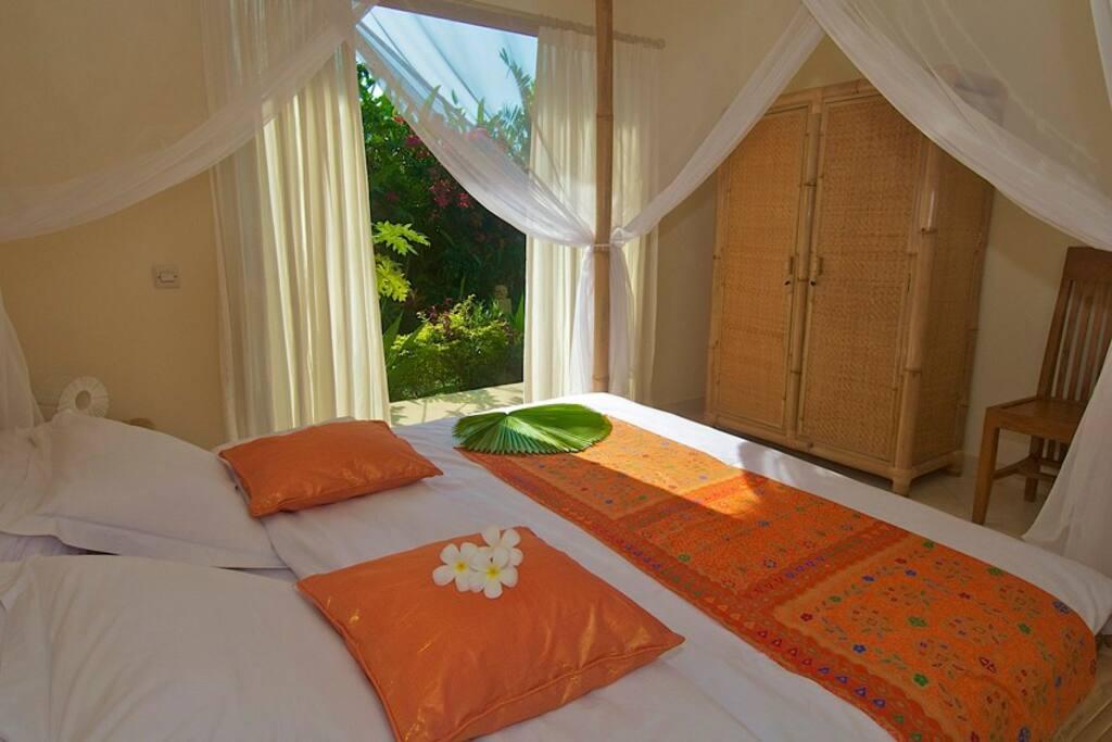 """en de """"oranje kamer"""" met openslaande tuindeuren."""
