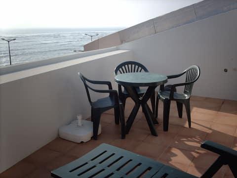 Pequeno apartamento com vista para a praia