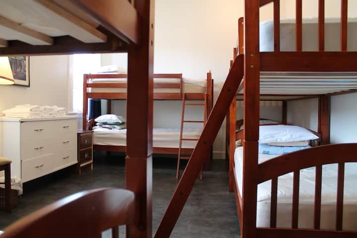 La petite école de Forillon - Lits simples dortoir