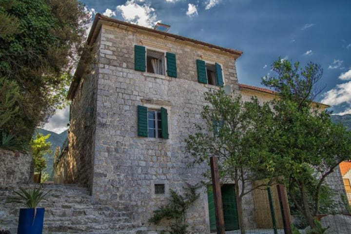 Stone house in Herceg-Novi with private courtyard - Jošice - Huis