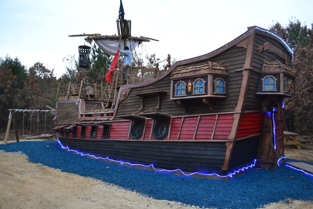 Pirate Ship Adventure Cabin Near Dells Sleeps 6 Tiny
