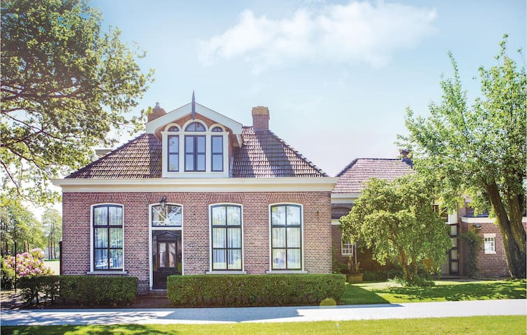 Holiday cottage with 5 bedrooms on 275 m² in Wijnjewoude