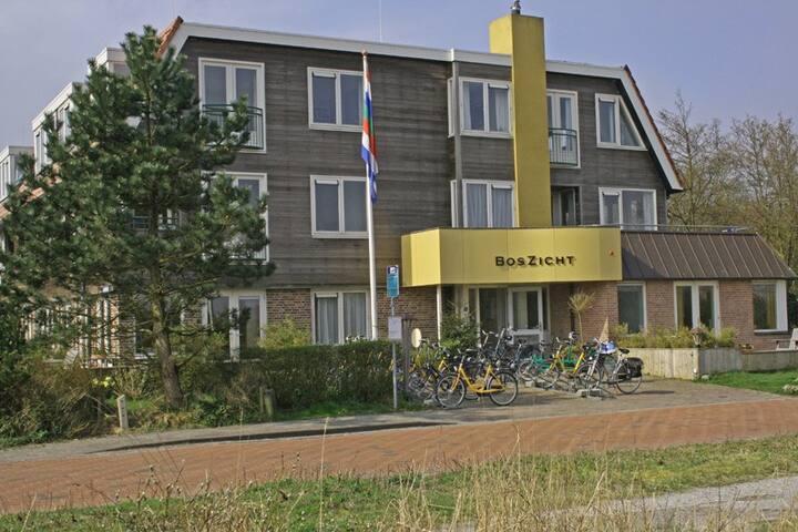 Mooi appartement met terras. 300m van het strand.