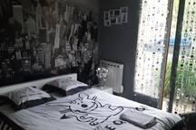 chambre avec lit deux personnes et jardin