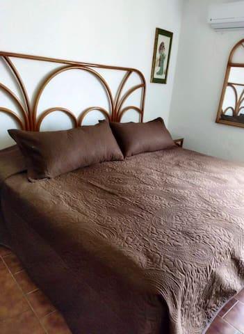 Aquí se encuentra la recámara principal, cuanta con cama Kingsize, la recámara principal, cuenta con closet y baño dentro de la recámara además de su aire acondicionado.