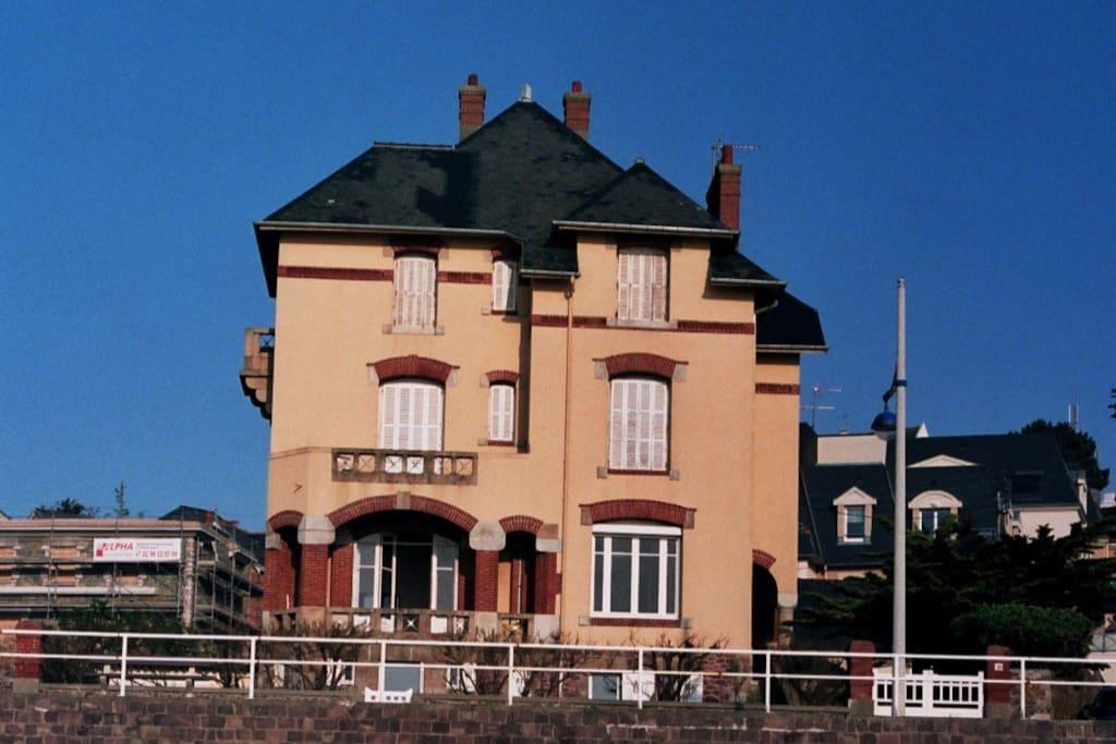 La maison vue de la plage