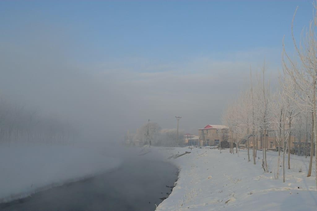积雪、小河、蓝天
