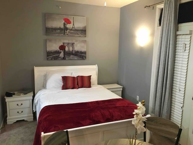 Queen Bed Studio Near 7th Street and TCU