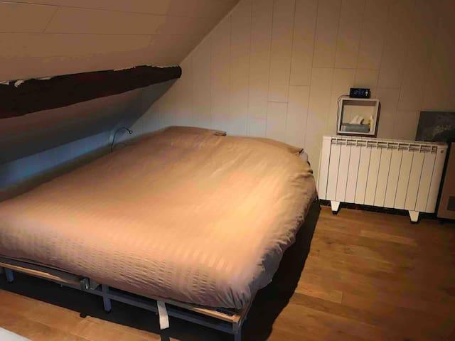 Chambre. Lit double 160x200. Matelas à ressorts très confortable.