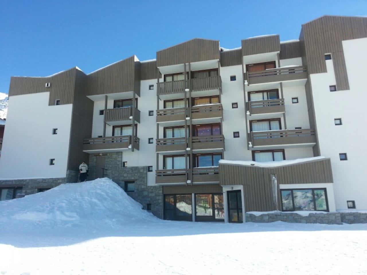 Le balcon et les casiers à ski donnant directement sur les pistes